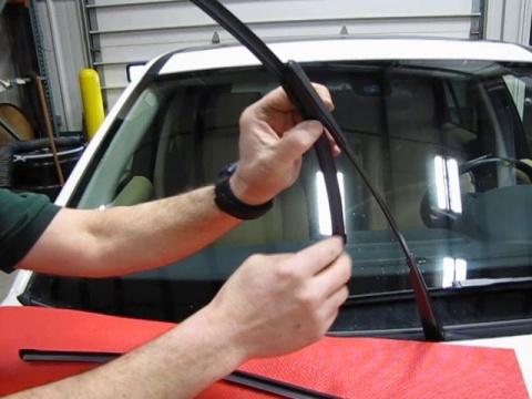 Wiper Blade Replacement: LR2 / Freelander 2