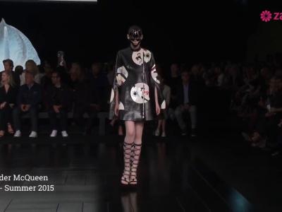 Alexander McQueen primavera 2015: Formas orgánicas, siluetas futuristas y volúmenes que conquistan