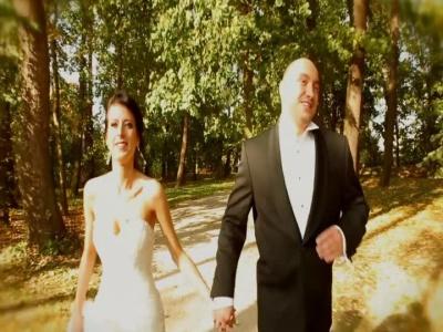 Film z pleneru ślubnego z piłką nożną w tle